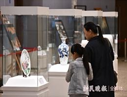 这个展览完美融合文化和科技 件件瓷器精品反映出新中国的伟大发展历程