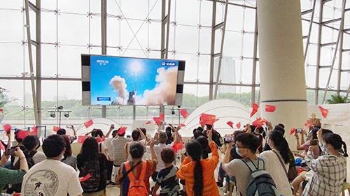 """上海科技馆开展""""神舟""""十二号发射直播观看活动"""