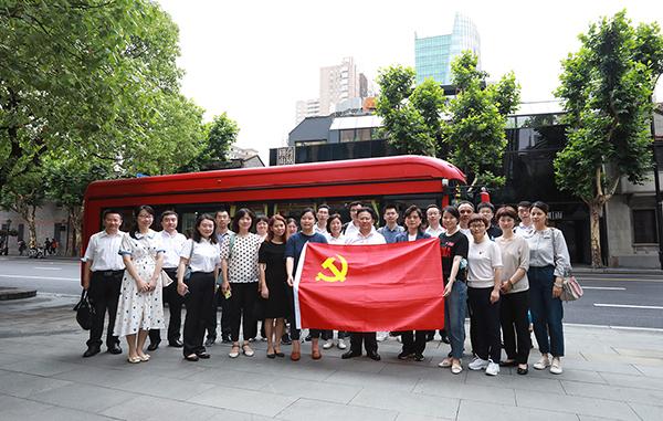 """乘坐红色巴士,让党史学习教育""""动""""起来 ——上海科技馆开展""""沉浸式""""党史学习"""